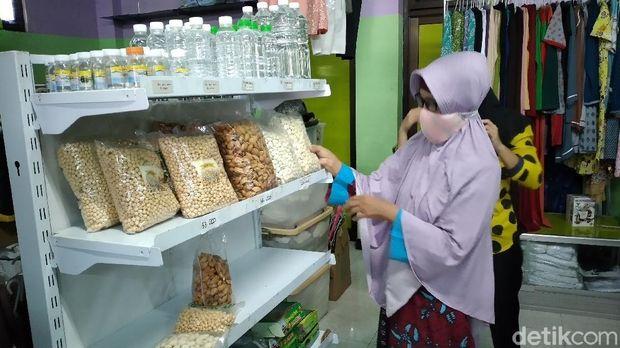 Toko perlengkapan dan oleh-oleh haji di Kulon Progo, Rabu (3/6/2020).