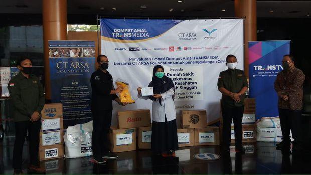 Dompet Amal Transmedia-CT ARSA salurkan donasi alat kesehatan untuk penanganan COVID-19.