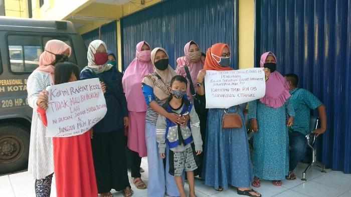 Emak-emak demo Kantor Dinsos karena tak dapat bansos Corona