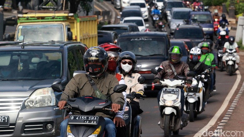 Arus kendaraan terpantau padat merayap di Jl Juanda, Ciputat yang mengarah ke Lebak Bulus, Jakarta, Kamis (462020). Rencana new normal atau pelonggaran masa PSBB untuk mengerem laju perlambatan ekonomi turut membuat aktifitas warga menggeliat.  Para pekerja kembali memadati jalan pada saat jam berangkat kerja maupun saat pulang.