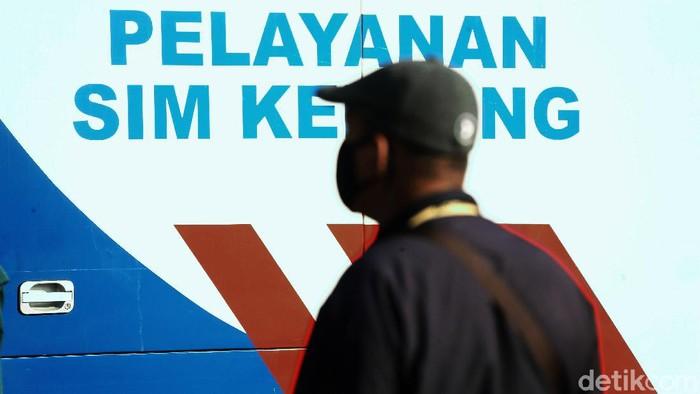 PSBB Kota Bekasi akan berakhir. Namun, jelang wacana new normal, antrean justru membeludak di layanan SIM keliling.