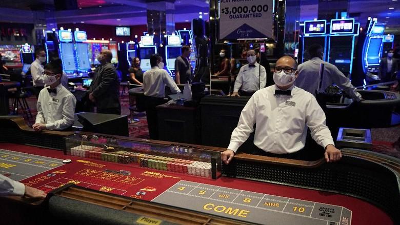 Masa penutupan kasino imbas pandemi Corona di Las Vegas, Nevada, Amerika Serikat, berakhir. Kartu-kartu hingga dadu siap dimainkan.