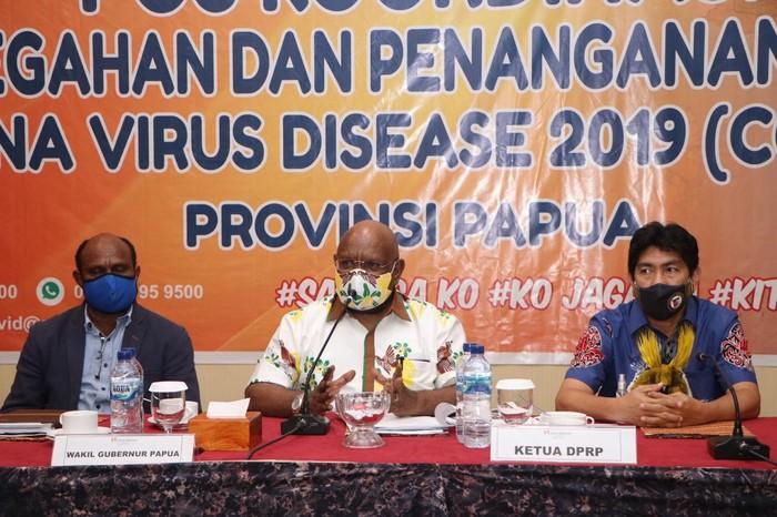 Koordinasi perpanjangan pembatasan sosial dan relaksasi di Provinsi Papua. (Wilpret S/detikcom)