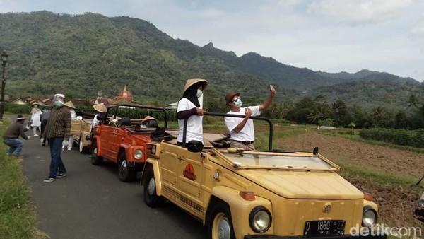 Pelaku wisata yang tergabung dalam Komunitas VW Cabrio Borobudur, Kabupaten Magelang, melakukan simulasi trip wisata naik mobil VW. Simulasi ini dilakukan jelang new normal. (Eko Susanto/detikTravel)