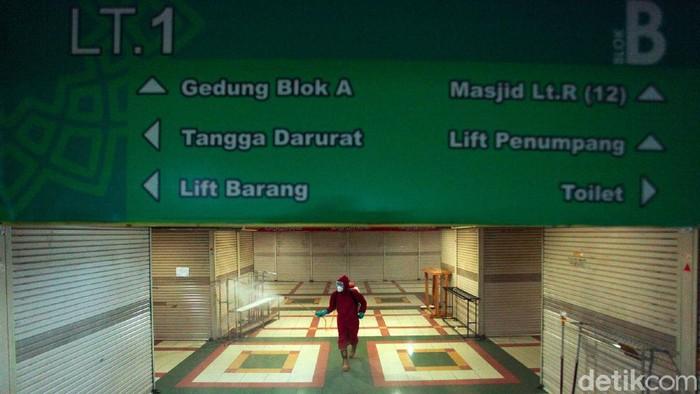 Sejumlah petugas dari Suku Dinas Gulkarmat Jakarta melaksanakan penyemprotan di sejumlah titik pasar di Jakarta, salah satunya Pasar Tanah Abang, Jakarta, Kamis (4/6/2020).
