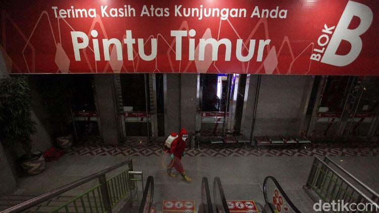 PSBB Jakarta Diperpanjang Pasar Tanah Abang Disemprot Disinfektan