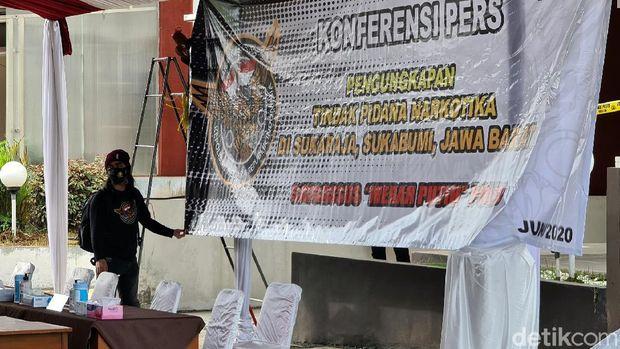 Polisi menggerebek rumah bandar sabu di Sukabumi