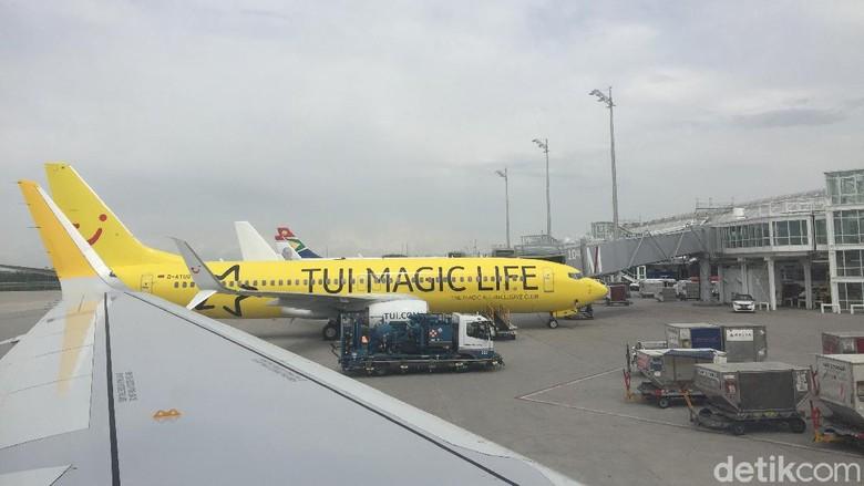Pesawat Maskapai TUI saat tengah boarding di bandara Frankfurt, Jerman