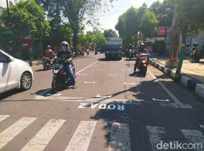 Physical distancing di traffic light dilakukan Tuban