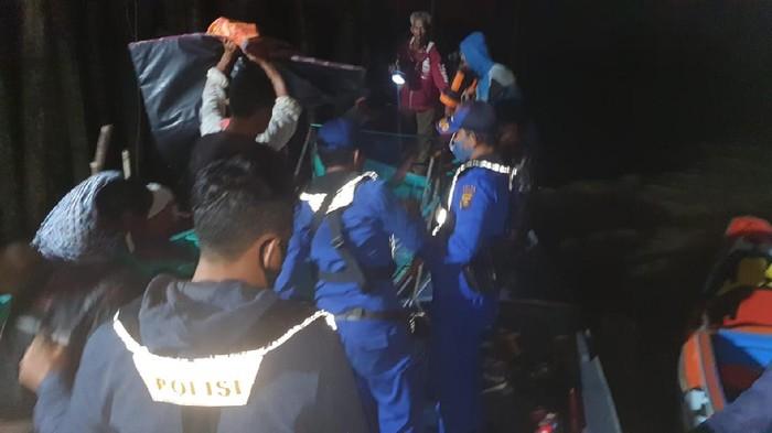 Polisi saat mencari warga yang diterkam buaya di Banyuasin, Sumsel. Ayah korban ikut terluka saat mencoba menolong.