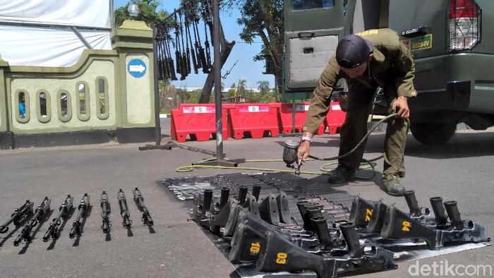 Petugas melakukan perawatan sejumlah senjata SS1 milik Kodim 0731/Kulon Progo. Perawatan ini dilakukan untuk dukung tugas TNI dalam menjaga keamanan wilayah.