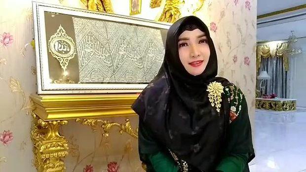 Roro Fitria punya kiswah dari makam Rasulullah.