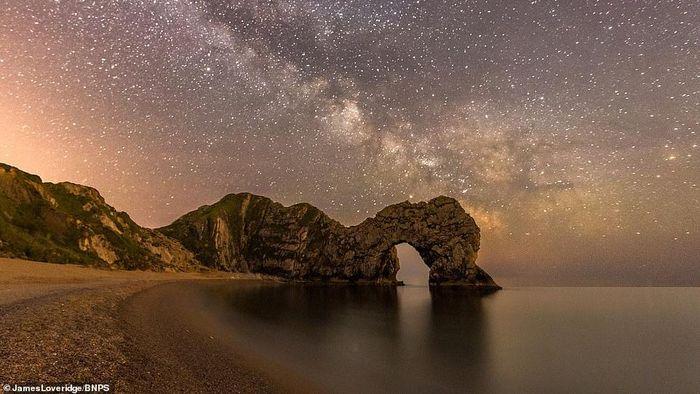 Fotografer dari Dorset, Inggris, memamerkan lansekap menakjubkan untuk mendorong wisatawan berlibur saat pandemi Corona berakhir. Penasaran?
