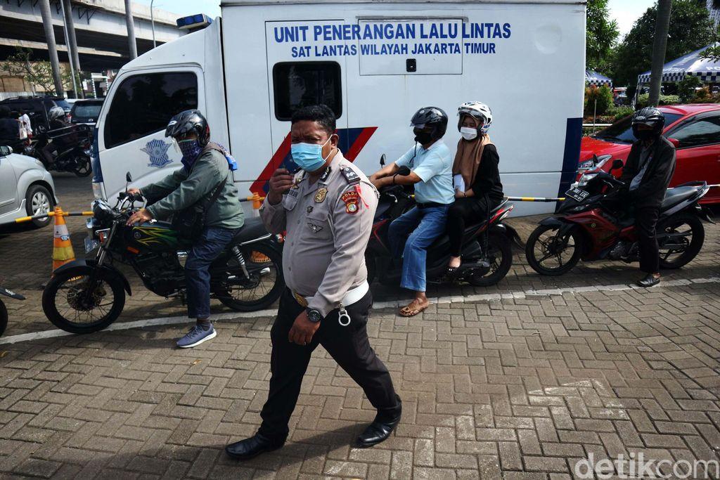 Samsat Jakarta Timur membuka layanan drive thru bagi warga yang akan membayar pajak kendaraan bermotor. Layanan ini banyak dimanfaatkan warga.