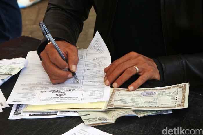 Loket pembayaran pajak di Samsat Jakarta Timur, Jakarta, telah dibuka. Begini suasananya.