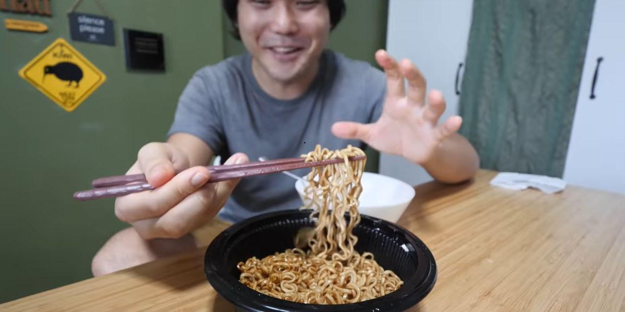 YouTuber Cicip Mie Instan Populer di Singapura