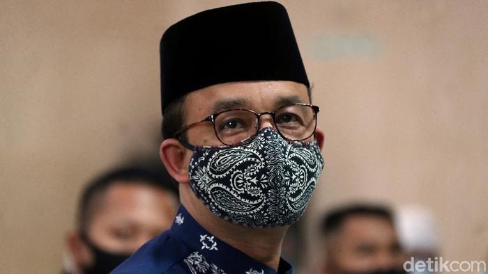 Menggunakan masker, Gubernur DKI Jakarta Anies Baswedan melaksanakan ibadah salat Jumat di Masjid Fatahillah Balai Kota, Jakarta di hari pertama masa PSBB transisi, Jumat (5/6).