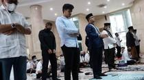 Momen Anies Salat Jumat di Masjid Balai Kota DKI