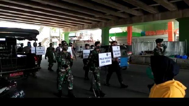 Aparat gabungan long march sosialisasi jaga jarak di Pasar Tanah Abang