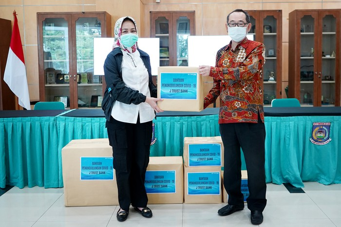 Walikota Tangerang Selatan Airin Rachmi Diany menerima secara simbolis bantuan berupa Alat Pelindung Diri (APD) dan Perlengkapan Medis dari Direktur Utama PT Bank JTrust Indonesia Tbk. (J Trust Bank) Ritsuo Fukadai di Kantor Walikota Tangerang Selatan, Banten, Jumat (5/6/2020).