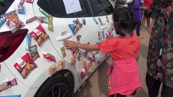 Bagi-bagi Makanan di Mobil