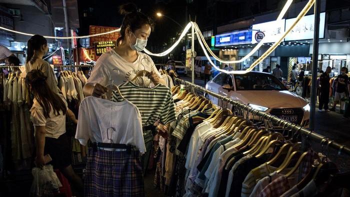 Wuhan secara bertahap mulai kembali pada kehidupan normal menyusul dorongan dari pemerintah setempat untuk membuka kios-kios di jalan.