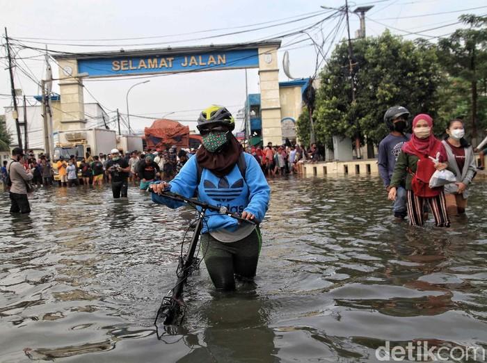 Banjir rob merendam kawasan Pelabuhan Nizam Zachman, Muara Baru, Jakarta Utara, Jumat (5/6). Ketinggian air rata-rata mencapai 50 cm.
