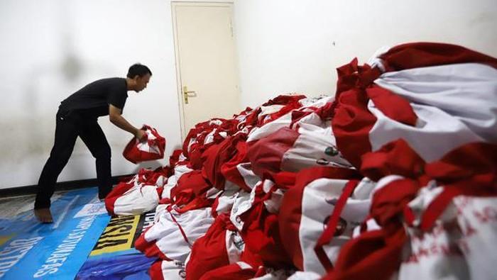 Ribuan paket bansos didistribusikan kepada masyarakat terdampak pandemi COVID-19. Paket bansos itu didistribusikan kepada masyarakat di wilayah Jabodetabek.