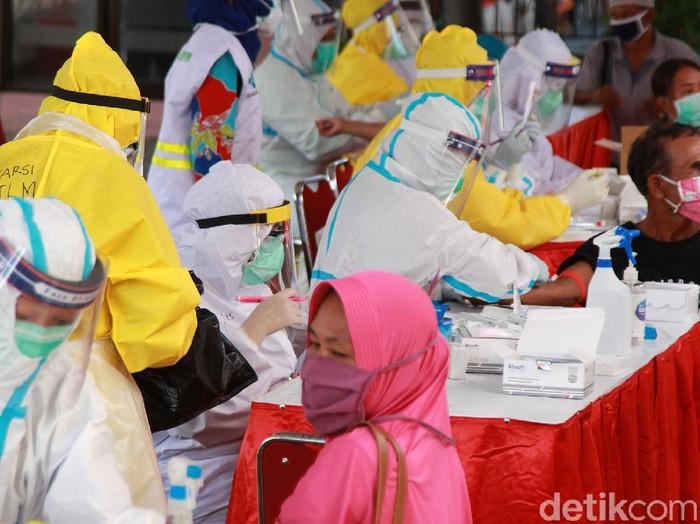 Sebanyak 1.533 warga Kediri Raya akan menjalani rapid test mulai hari ini hingga Selasa (9/6). Rapid test massal itu digelar di RS Kilisuci, Kota Kediri.