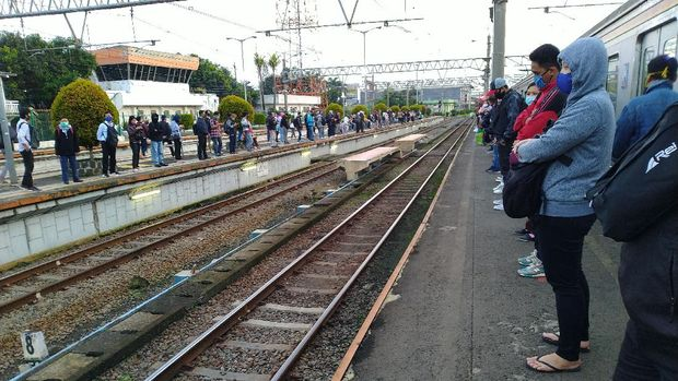 DKI mulai PSBB Transisi, Stasiun Bogor ramai penumpang pagi ini. (Foto: Sachril/detikcom)