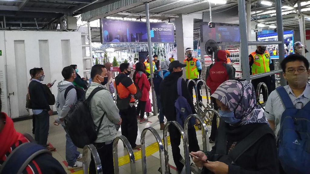 DKI Mulai PSBB Transisi, Stasiun Bogor Ramai Penumpang Pagi Ini