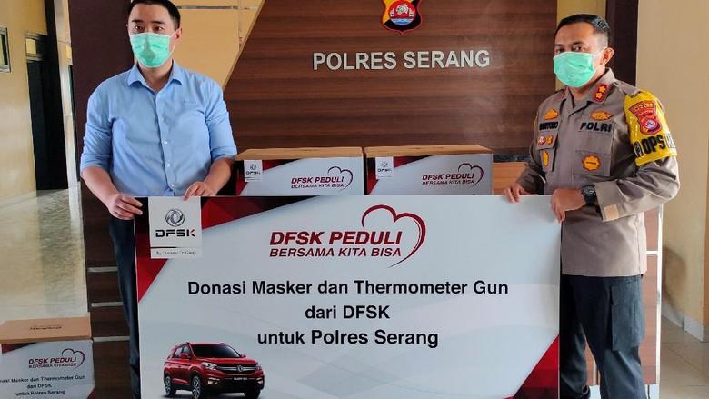DFSK berikan masker dan thermogun kepada Polres Serang.