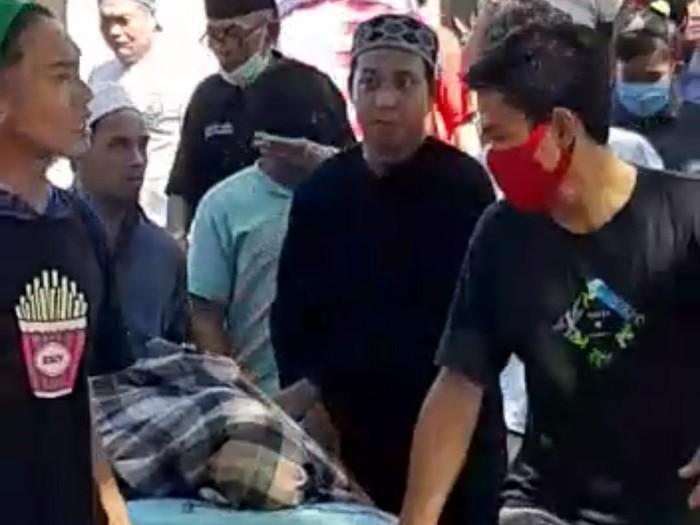 Foto jenazah PDP Corona di Makassar dibawa kabur keluarga dari Rumah Sakit Labuang Baji (Tangkapan Layar Video).