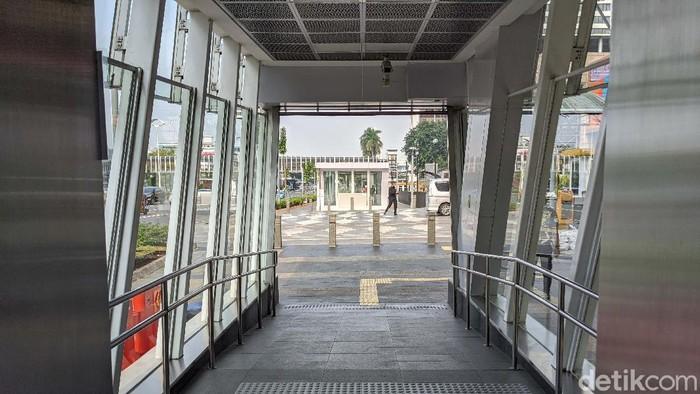 MRT Jakarta kembali beroperasi normal pada PSBB transisi fase I. Di Stasiun MRT Lebak Bulus, suasana masih lengang.