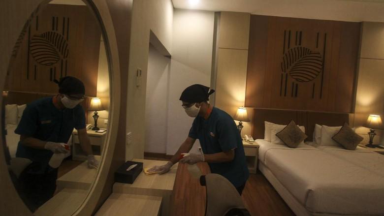 Persiapan menuju new normal juga dilakukan oleh sejumlah hotel di Indonesia. Penerapan protokol kesehatan terus dilakukan guna cegah penyebaran virus Corona.