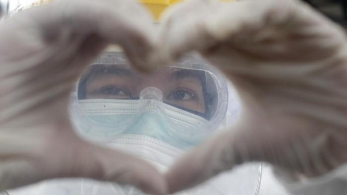 Petugas medis berpose usai melaksanakan tes swab COVID-19 di Stasiun Bojong Gede, Bogor, Jawa Barat, Senin (11/5/2020). Kementerian Kesehatan mengalokasikan anggaran berupa dana siap pakai untuk insentif bagi tenaga kesehatan sebesar Rp5,2 triliun dalam rangka penanganan pandemi virus corona. ANTARA FOTO/Yulius Satria Wijaya/wsj.