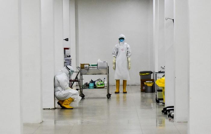 Sejumlah tenaga kesehatan mengenakan alat pelindung diri (APD) saat uji rapid test COVID-19 masal di Kota Pekanbaru, Riau, Kamis (4/6/2020). Kementerian Keuangan menyatakan hingga kini belum mengantongi data tenaga kesehatan (Nakes) dari pemerintah daerah yang menangani COVID-19, sehingga insentif untuk tenaga medis belum bisa dicairkan. ANTARA FOTO/FB Anggoro/nz