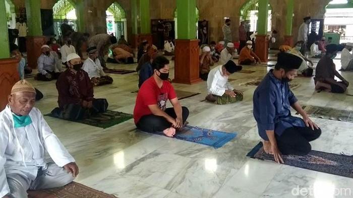 Masjid Agung Kauman Magelang gelar salat Jumat di masa pandemi Corona. Para jemaah yang hadir diwajibkan terapkan protokol kesehatan salah satunya pakai masker.