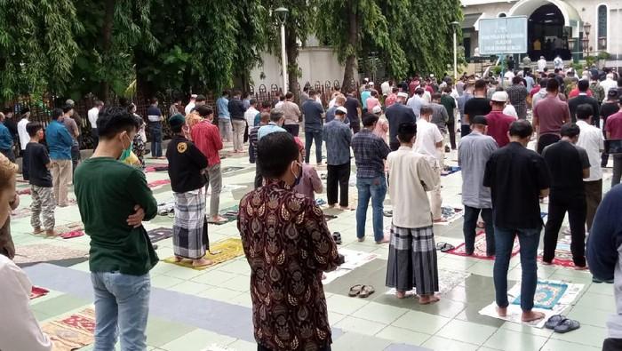 Jemaah salat Jumat perdana di Masjid Sunda Kelapa setelah PSBB di DKI diberlakukan.