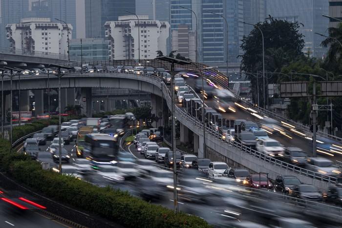 Suasana kendaraan terjebak macet di Jalan Tol Cawang-Grogol, Jakarta Selatan, Jumat (5/6/2020). Pada hari pertama penerapan Pembatasan Sosial Berskala Besar (PSBB) transisi, lalu lintas di sejumlah jalan di DKI Jakarta terpantau padat hingga terjadi kemacetan. ANTARA FOTO/Sigid Kurniawan/pras.