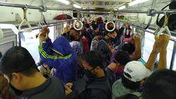 KRL Bogor-Jakarta Padat Pagi Ini, Penumpang Berdiri Tak Jaga Jarak
