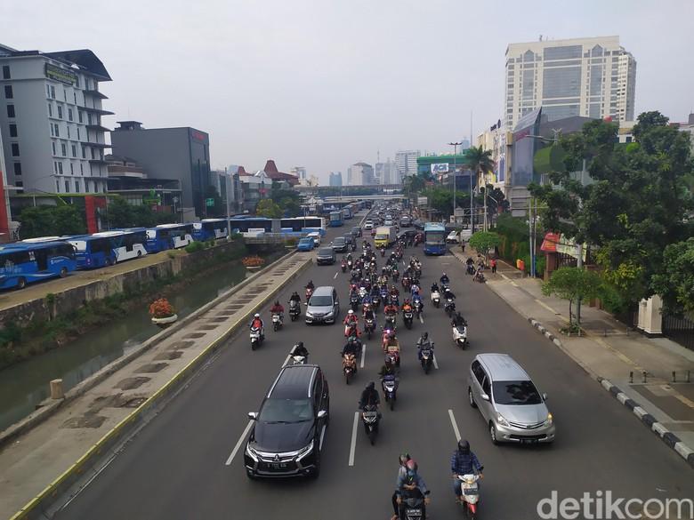Kondisi lalu lintas di Harmoni, Jakarta Pusat di hari pertama PSBB transisi DKI