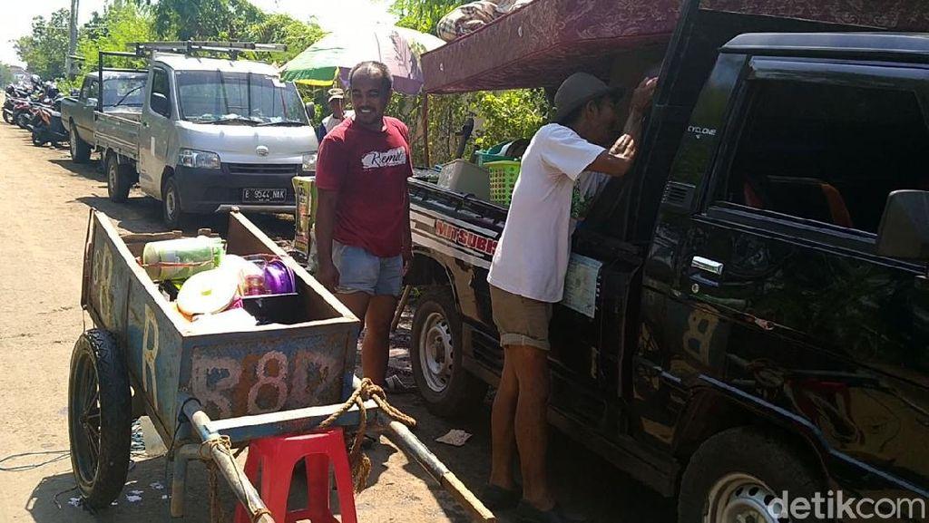 Korban Banjir Rob di Pekalongan Evakuasi Harta Bendanya