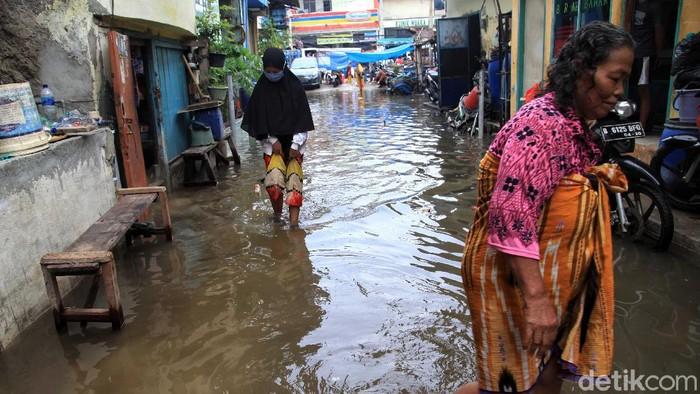 Banjir rob kembali menggenangi kawasan pemukiman warga di Muara Baru, Jakarta Utara. Banjir tersebut merendam pemukiman warga sejak dini hari tadi.