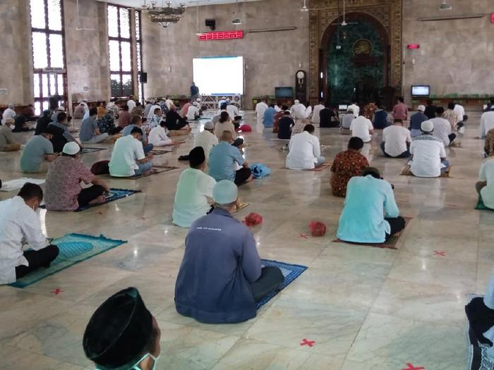 Masjid Agung Sunda Kelapa gelar salat Jumat perdana sejak PSBB