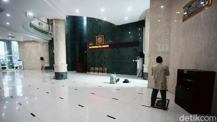 Masjid di DKI Jakarta mulai diperbolehkan menggelar salat Jumat pada hari ini, Jumat (5/6). Masjid Fatahillah di Balai Kota DKI mulai bersiap.