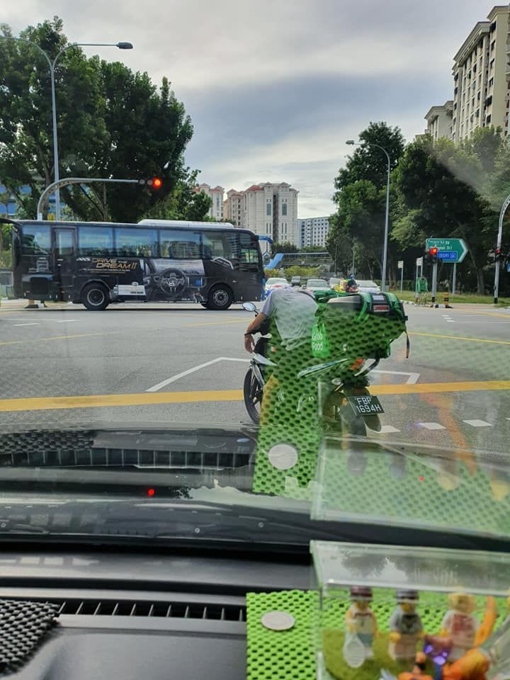 Pria Gantikan Driver Ojol Antar Makanan yang Pingsan