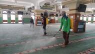 Jelang Salat Jumat, Masjid Al Azhar Jaksel Disemprot Disinfektan