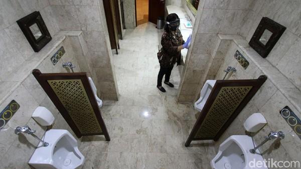 Karyawan hotel Sunan beraktivitas dengan menggunakan alat sesuai protokol kesehatan di lingkungan hotel.