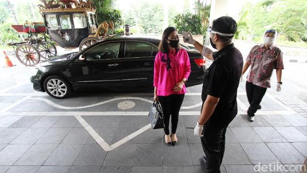 Karyawan hotel menyambut tamu di lobi Hotel Sunan dengan menggunakan masker dan face shield di Surakarta, Jawa Tengah, Jumat (5/6).